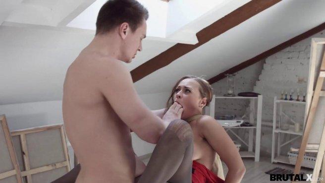 Натурщица в красном платье заработала порцию спермы от художника prew 6