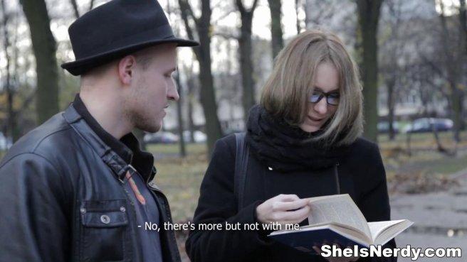 Пацан в черной шляпе привез домой девку в очках на нежный секс prew 1
