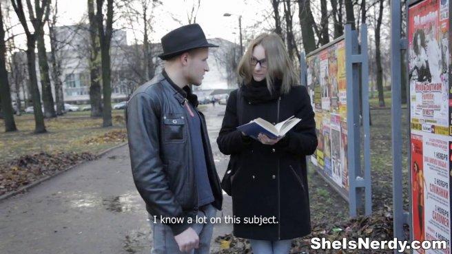 Пацан в черной шляпе привез домой девку в очках на нежный секс prew 2