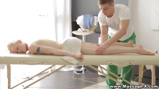 Массажист присосался ртом к мягкой промежности клиентки с косичкой на голове prew 3