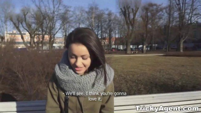 Режиссер занялся съемкой приватного видео на диване с голой актрисой prew 2
