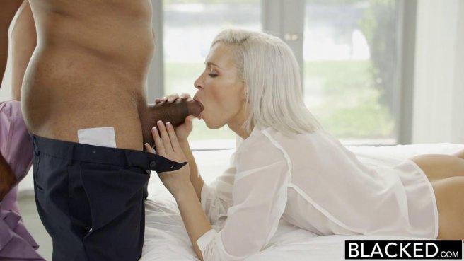 Блондинка мощно натягивает глубокое горло на черную дубину приятеля prew 5