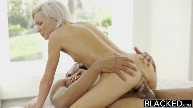 Блондинка мощно натягивает глубокое горло на черную дубину приятеля prew 9