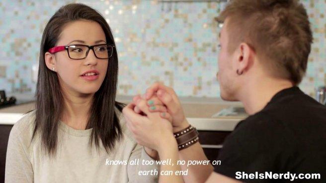 Парень на кухонном столе делает куни перед жестким вагинальным сексом девке в очках в красной оправе prew 3