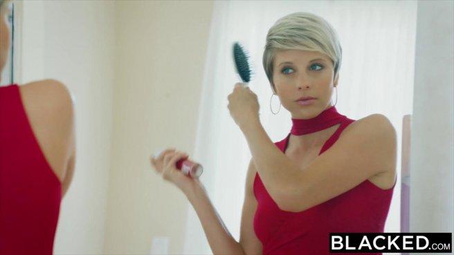 Милфа в красном платье раком ебется сразу с двумя чернокожими prew 1