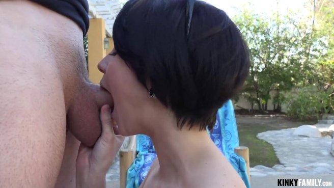 Красавица трахается с зрелым женатым соседом прямо во дворе prew 5